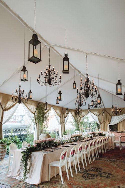 Alfombras bajo la carpa, arañas y faroles colgantes, y un corredor de mesa alucinante para una boda en casa íntima y elegante en New York.
