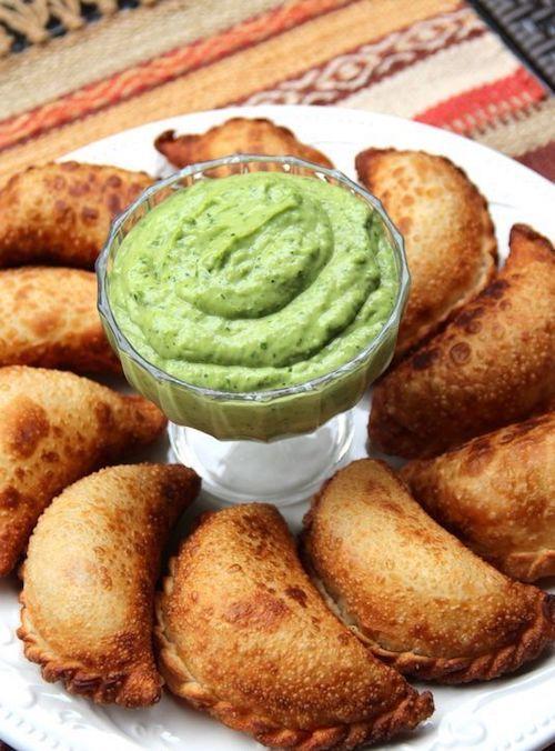 Las bodas biculturales pueden incorporar sus tradiciones en la comida. Cada una con sus típicas empanadas. Empanadas de chorizo y queso de laylita.