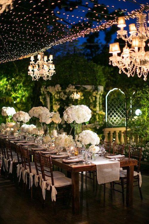Bodas en casa de lujo. Las mesas largas rectangulares permiten una decoración a todo vapor.