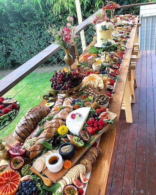 Aprovecha todo el espacio que tengas. Si el fondo de tu casa tiene un balcón, puedes usarlo para que tus invitados se sirvan estilo buffet. Queda hermoso, ¿no?