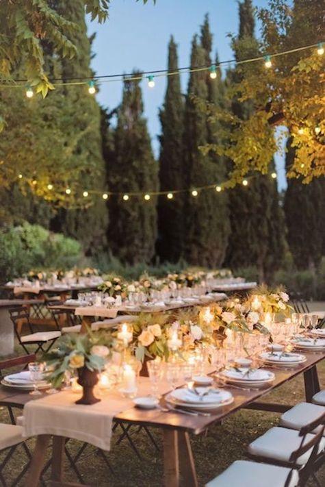 Mesas con caballetes y sillas plegables para una mesa inspirada en la Toscana, Italia. Te contamos cómo organizar bodas en casa con todos los detalles.