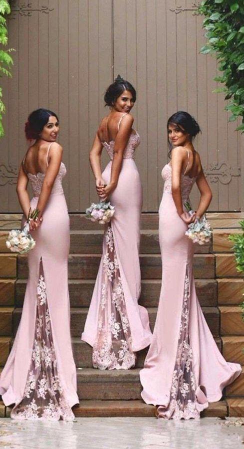 Tres damas de honor luciendo hermosos vestidos con detalles de encaje y una versión mas pequeña del ramo de novia de luulla.