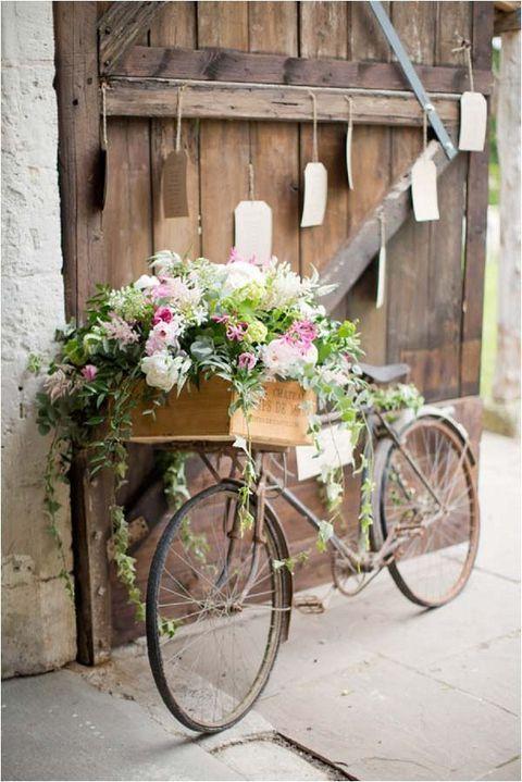 ¡Hasta una bicicleta puede servir de decoración al organizar bodas en casa!