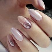 Diseño de uñas muy femenino, de suave color y el brillo lo hace más lujoso. Foto: cuded.