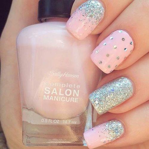 Muestra tu estilo a través de tu diseño de uñas. Rosa pálido y plateado.