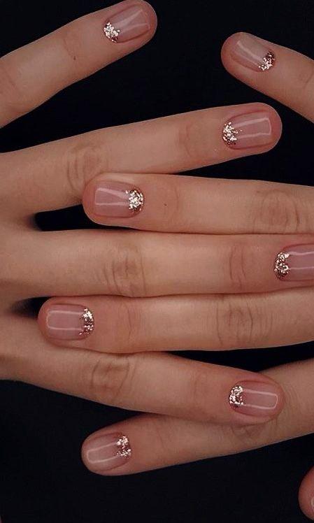 Cortas, perfectas y con un toque de brillo en diseños de uñas para boda civil.