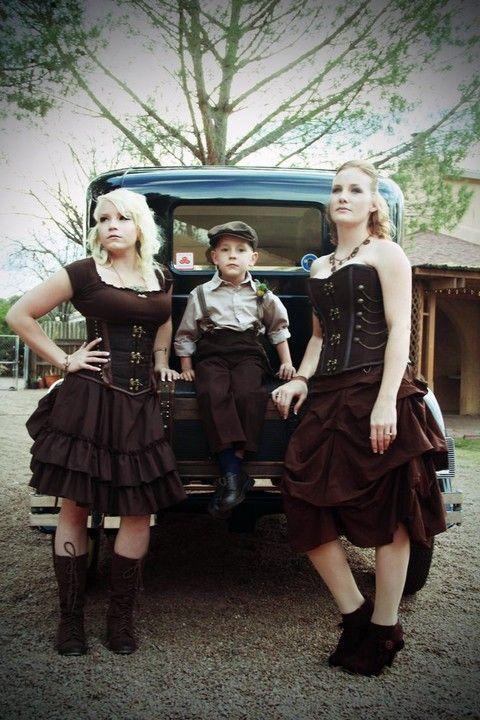 Asegúrate al elegir a tus damas de honor que desean llevar un vestido tipo steampunk - o cualquier otra cosa que se te ocurra. ;)
