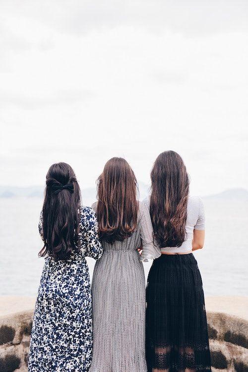 Elegir las damas de honor correctas para tu boda te hará el proceso de organización de la misma mil veces mas fácil. Foto: Suhyeon Choi.