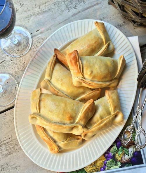 Jugosas y deliciosas empanadas de pino chilenas. ¡No olvides las aceitunas el huevo duro y las pasas!