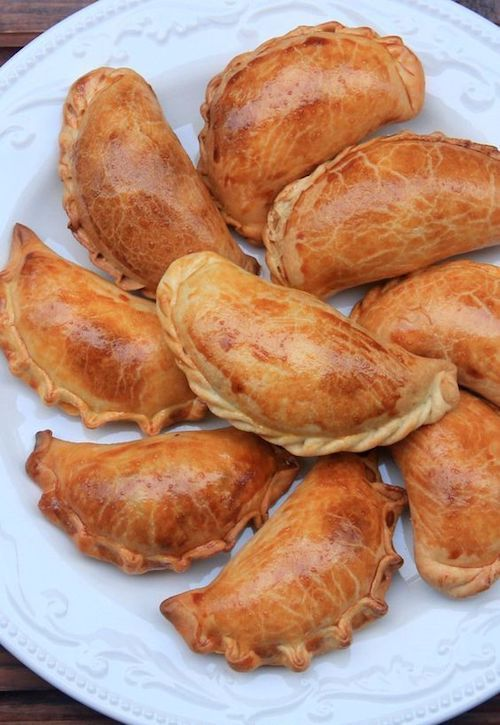 ¿Quién se puede resistir a estas empanadas para bodas pintaditas con huevo? Empanaditas de boda Ecuatorianas y vegetarianas. De Laylita.