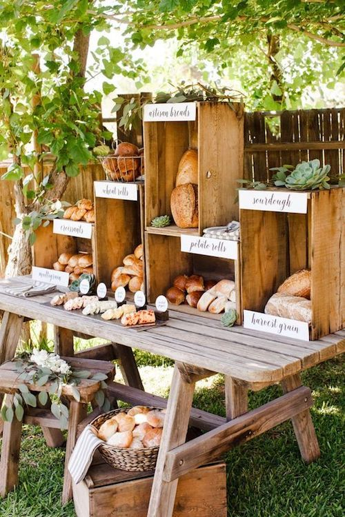 Usa cajones de madera sobre una mesa para crear una estación de panes. The TomKat Studio.