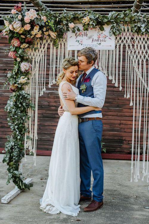 Aprovecha el fondo de tu ceremonia y recíclalo como fondo de photo booth. Precioso fondo de macramé estilo bohemio. Foto: Judith Belle.