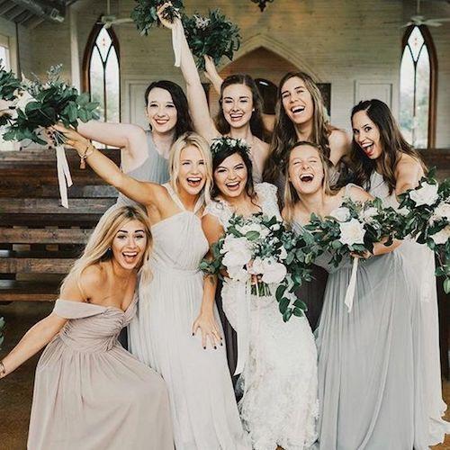 Hazte una foto como esta con tus damas de honor en tu boda.