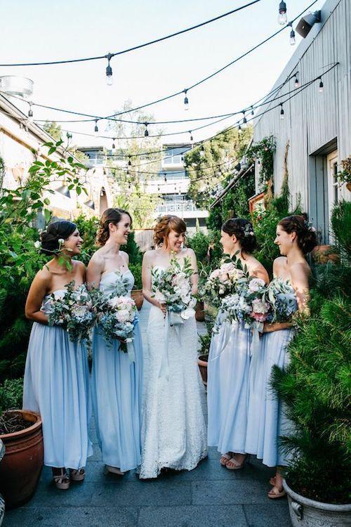 Tus damas deben estar dispuestas a gastar en el vestido, el peinado, el maquillaje y otros extras más. Elígelas con cuidado. Foto: the white tree.