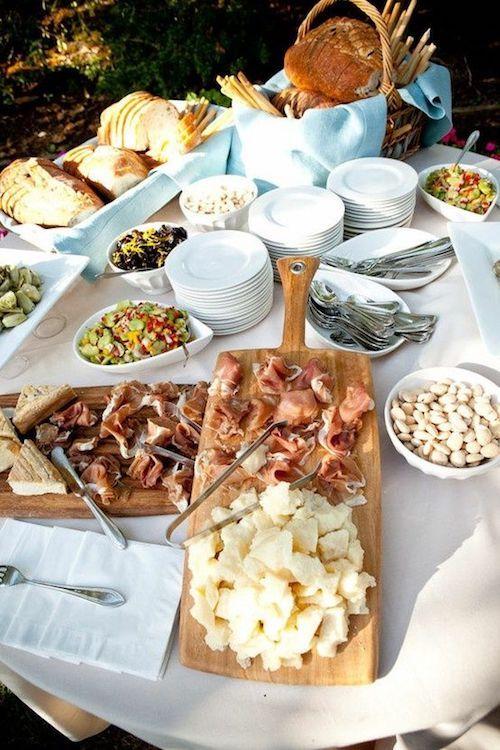 Mesa de almuerzo de civil. Charcuterie, quesos, panes y luego unas deliciosas empanadas para bodas.