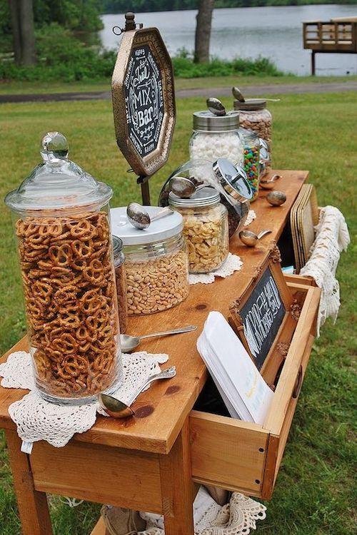 Un mueble puede servir como mesa de snacks o para la barra de postres y helados. Cubre la comida para no atraer insectos.