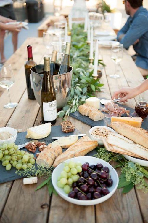 Mesa íntima y veraniega para reunir a tus mejores amigos y celebrar tu boda en casa. Foto via Cheetah is the New Black.
