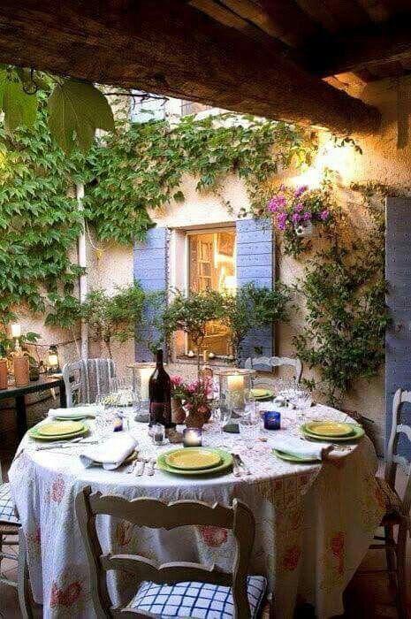 Sencillas mesas redondas en el patio de casa para una recepción económica pero no por ello menos divertida.