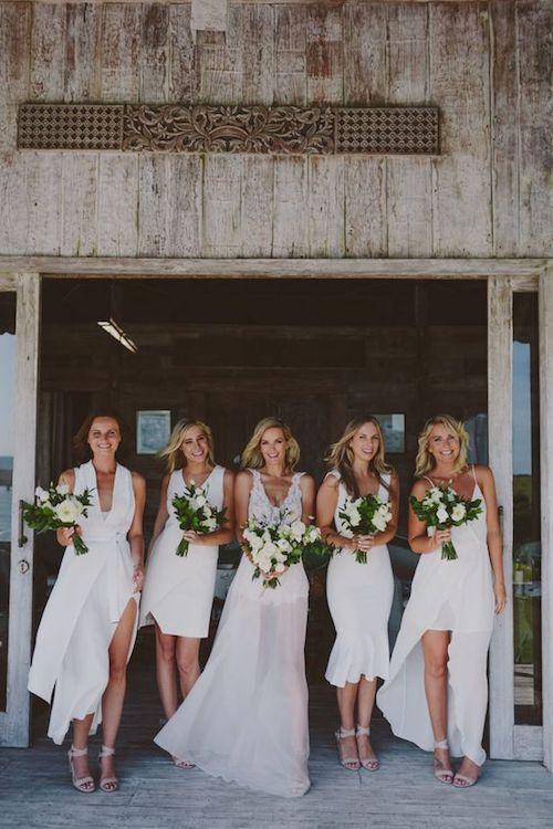 Para esta boda en Bali, capturada por Beck Rocchi, la novia escogió modernos vestidos de dama de honor blancos. ¿Será para confundir a los malos espíritus?
