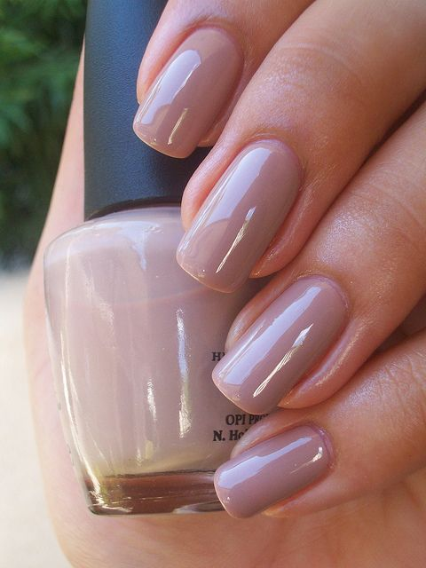 Un tono natural de esmalte de uñas para bodas 2019. Casi gris topo de OPI tickle my france.
