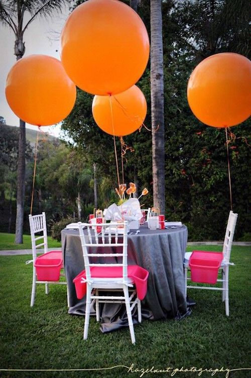 Al organizar bodas en casa, los elementos más simples muchas veces consiguen efectos originales y llenos de alegría. Hazelnut Photography.