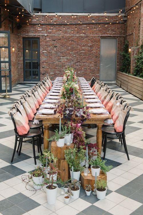 El patio de tu casa se transforma con una mesa larga, unas macetas, velas y luces. Comida, música, los novios y ¡a celebrar!