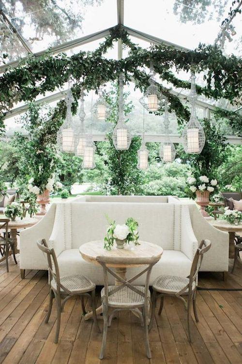 Si tienes un deck en el patio trasero de tu casa puedes armar un área para que se sienten los invitados mayores. Como en esta boda en Houston, TX. Kelli Elizabeth Photography.