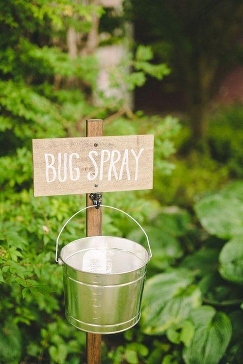 Un poco de repelente de insectos hará que tus invitados se sientan más a gusto en el jardín. Daphne and Dean Photography.