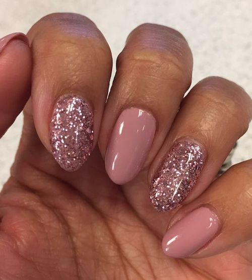 El glitter como acento sobre uñas ovaladas causarán sensación en tus manos.