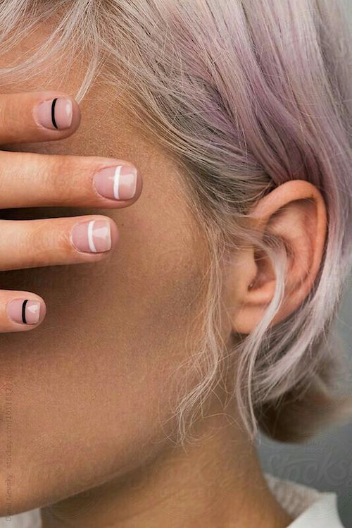 Arte de uñas para boda civil minimalista.