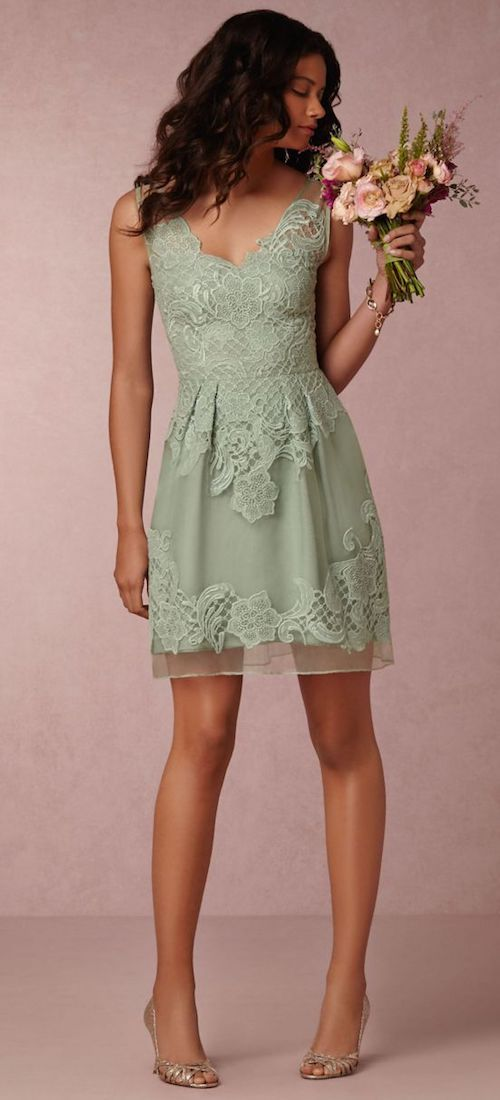 Vestido corto de dama de honor en color menta. No hay mejor color para las damas de honor que este tono romántico y clásico.