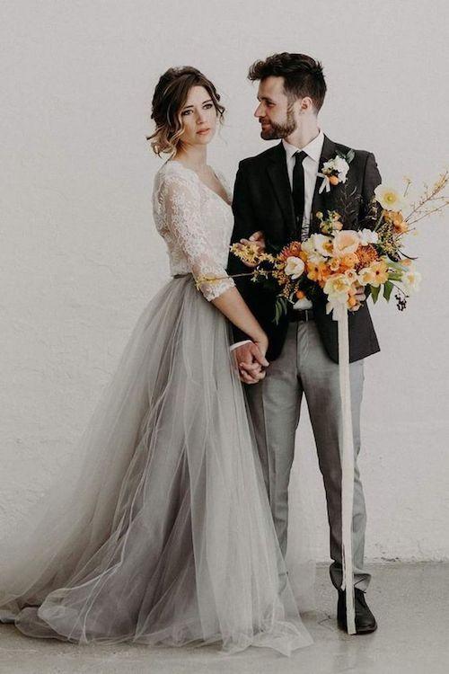 Ideas de vestido de novia y traje para el novio en una boda en casa.