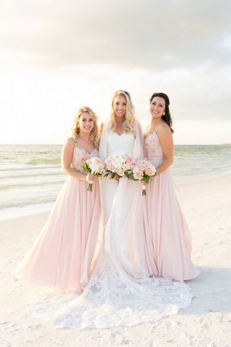 Vestidos de dama de honor en blush. Todo contribuyó a hacer de esta ceremonia una imagen perfecta, ¡hasta el atardecer colaboró!