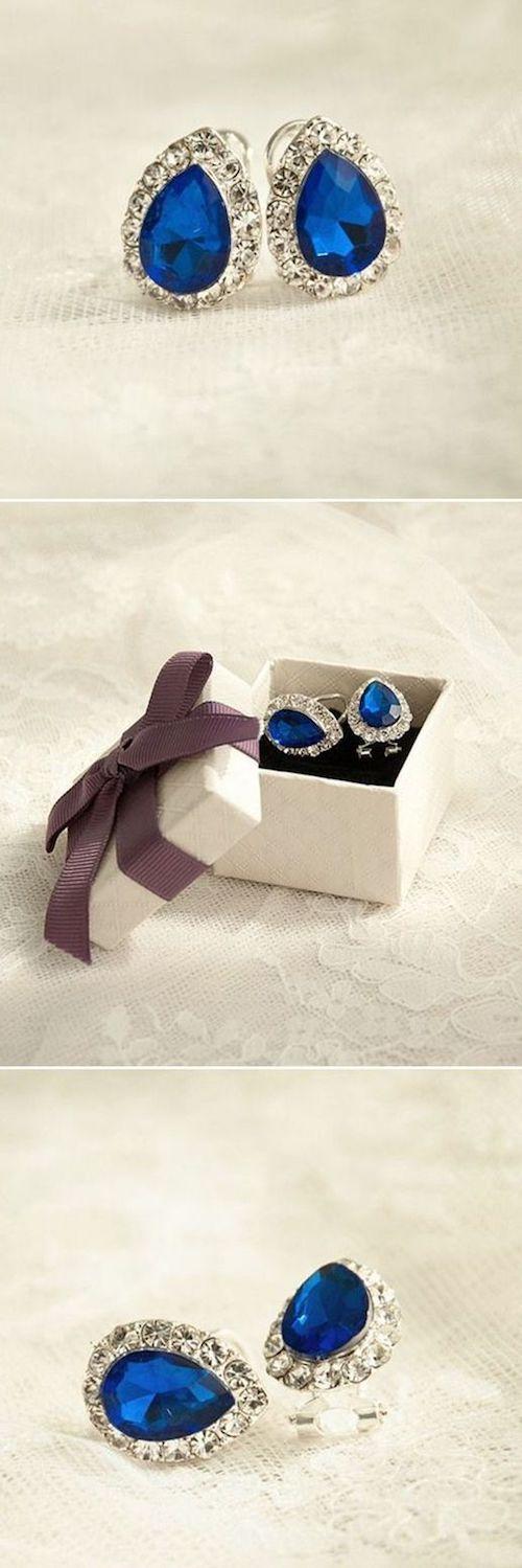 Cada detalle cuenta en el día de tu boda. Incluso este par de aretes para novias en azul.