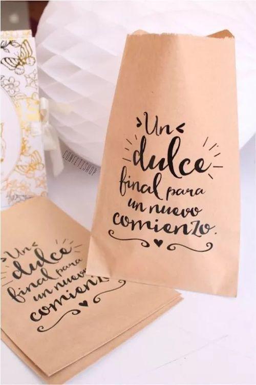 Deja que tus invitados se lleven un trocito de tu torta de bodas a casa en estas bolsitas personalizadas en papel kraft.