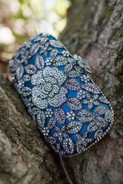 """Este bolso floral con piedras preciosas agrega un glamour vintage y """"algo azul"""" al look de la novia."""