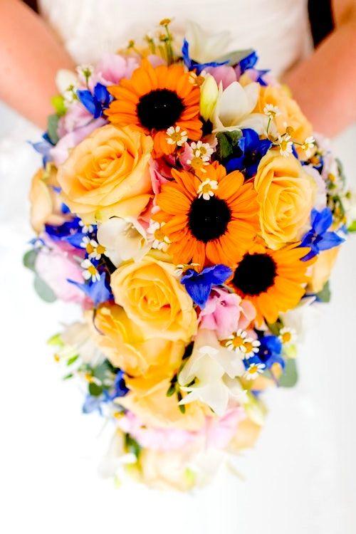 Bouquet de novia con margaritas, rosas y flores azules. Foto: Thomas William/BYW.
