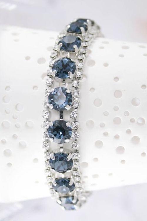 Para ese algo azul considera este brazalete con magníficos cristales de Swarovski Montana en azul marino.