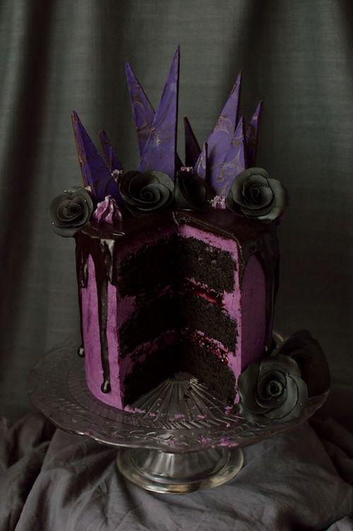 Cake de moras de chocolate. Tres capas de pastel de chocolate con mermelada de moras, crema de merengue suizo y ganache de zarzamora.