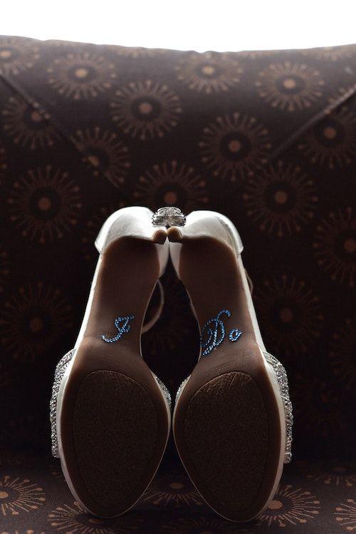 Si quieres lucir zapatos blancos con un detalle en azul, ¿qué opinas de esta idea? Foto: Daria Kopylova.