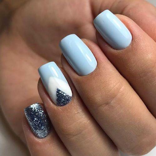 Diseño de arte de uñas en tendencia y en azul.