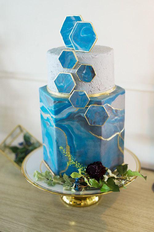 El regreso del fondant a las tortas para bodas: estilo ágata azul.