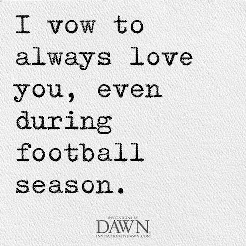 Frases para invitaciones de boda informales y graciosas. Prometo amarte siempre incluso durante los campeonatos de fútbol.