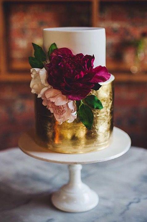 Una cobertura dorada hará mas glam a tu torta de matrimonio.