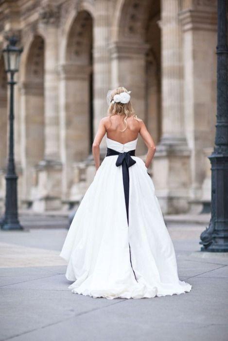 Lazos sobre el vestido para tu algo azul.