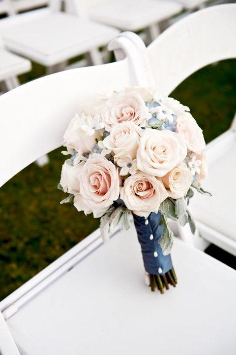 Llevar algo azul el día de tu casamiento es una tradición que trae suerte y felicidad. Ramo de novia tipo domo o posy.