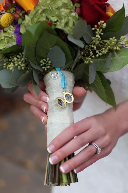 Medallón con la foto de tus abuelos con lazo en azul para el ramo de la novia.
