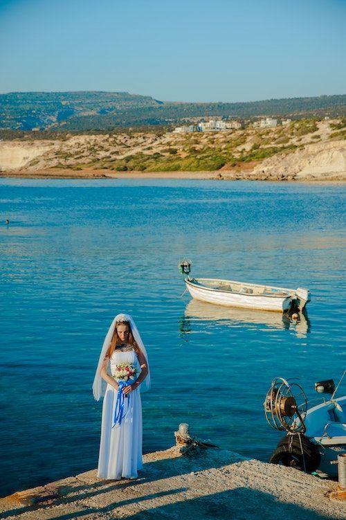 Antes de caminar hacia el altar la novia recibe su algo azul.