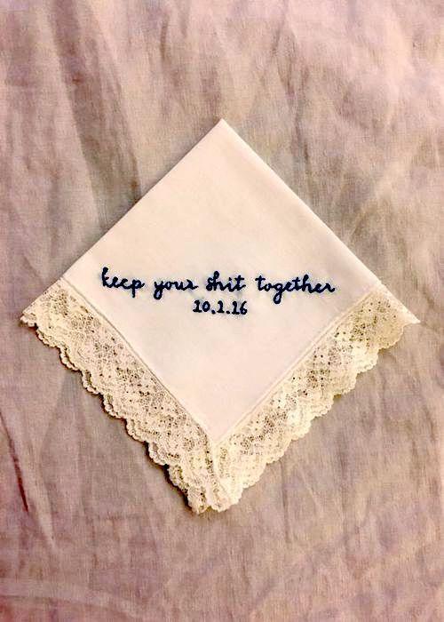 Un pañuelo con bordado super gracioso. Si te emocionas no vas a sacar un Kleenex, ¿no?