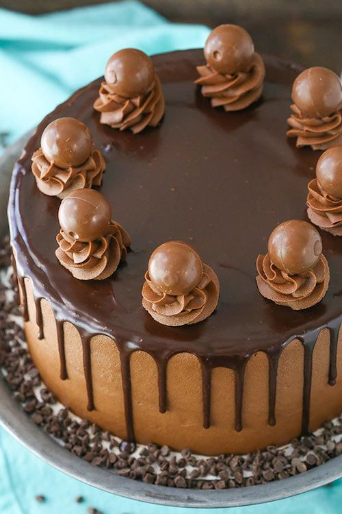 Decadente pastel borracho de trufas de chocolate con un bizcocho de chocolate relleno de trufas de chocolate y glaseado de chocolate infundidos con licor de chocolate.